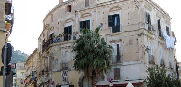 Largo-Ruffa-e-palazzo-Caputo-di-Tropea.jpg