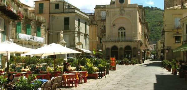 La-centralissima-Piazza-Ercole.jpg