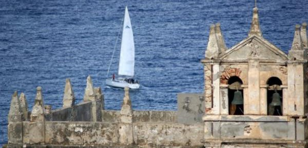 Una-vela,-il-santuario-di-Tropea.jpg