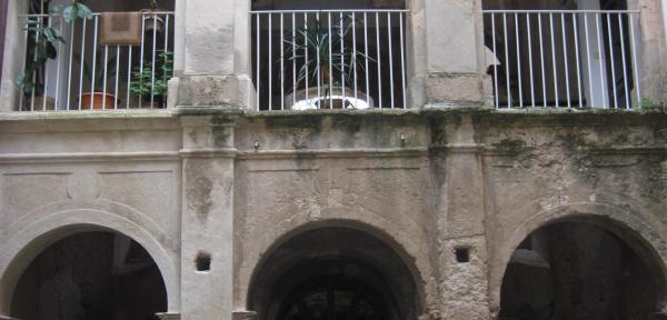 Palazzo-Fazzari:-cortiletto-e-loggia.jpg