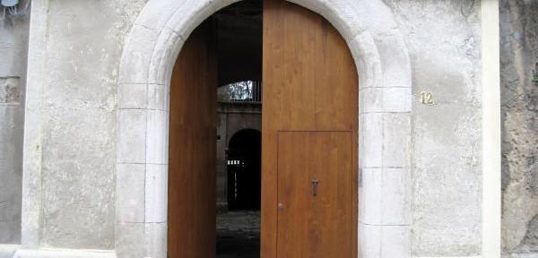 Portale-di-Palazzo-Fazzari-in-Largo-Galluppi.jpg
