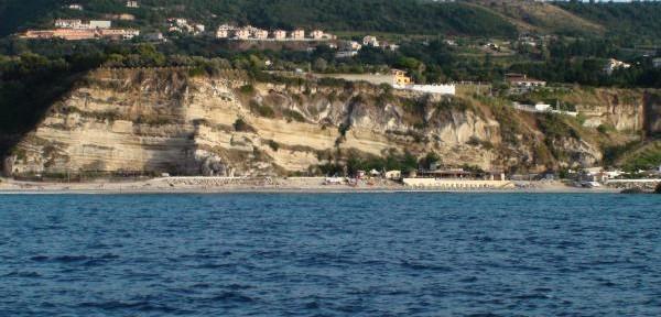 La-spiaggia-e-la-baia-di-Riaci.jpg