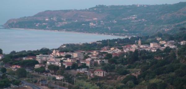 Parghelia:-panoramica-sulla-costa-nord-di-Tropea.jpg
